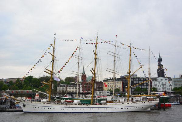 GORCH FOCK an den St. Pauli Landungsbrücken beim 824.Hamburger Hafengeburtstag am 10.05.2013