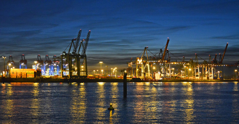 Hamburger Hafen zum Sonnenuntergang im Dezember 2015