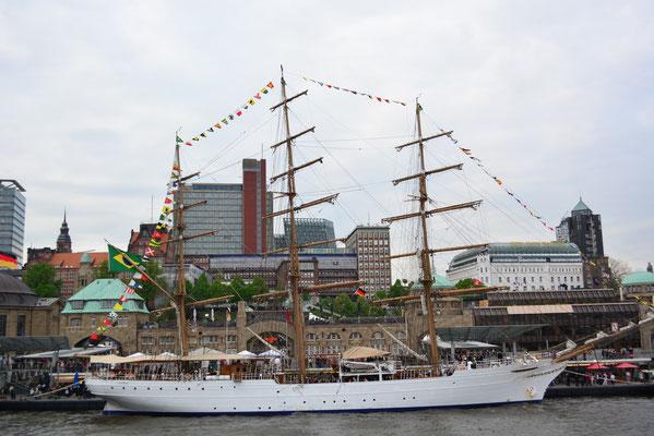 CISNE BRANCO an den St. Pauli Landungsbrücken beim 824.Hamburger Hafengeburtstag am 10.05.2013