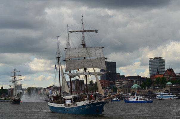 ATLANTIS zur Auslaufparade beim 823.Hamburger Hafengeburtstag am 13.05.2012