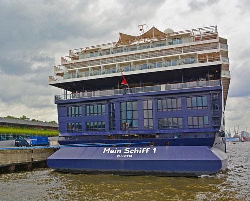 Mein Schiff 1 am HCC Altona zum 825.Hamburger Hafengeburtstag am 10.05.2014