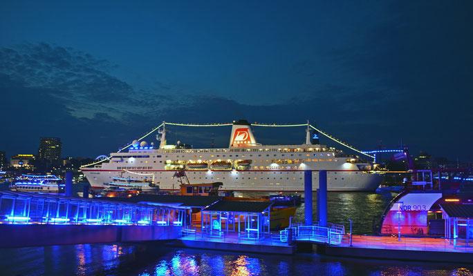 MS DEUTSCHLAND zur Auslaufparade bei den Hamburg Cruise Days 2014 am 02.08.2014