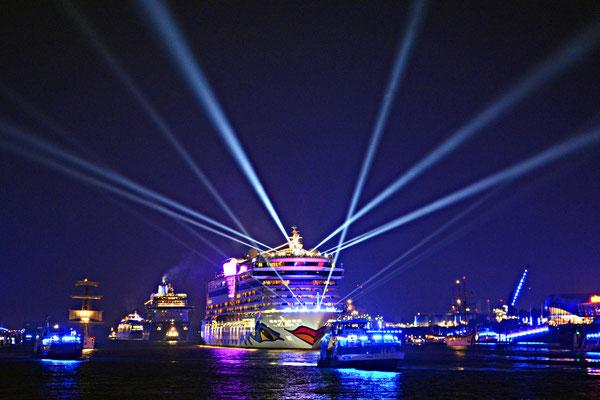 AIDAbella zu den Hamburg Cruise Days 2015 am 12.09.2015