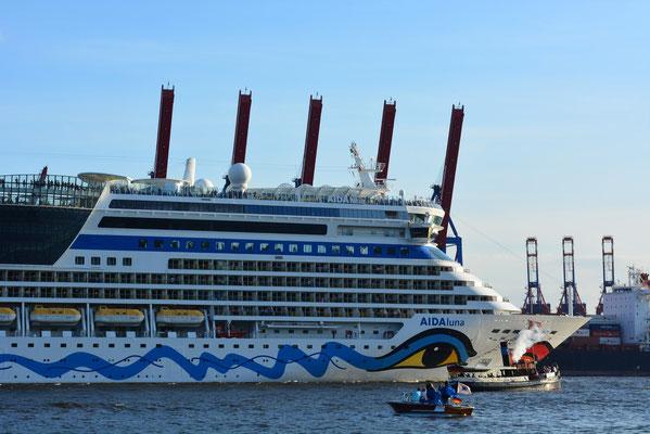 AIDAluna auslaufend in Höhe Museumshafen Övelgönne am 24.08.2013