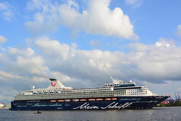 Mein Schiff 1 nach der Auslaufparade zum 824.Hamburger Hafengeburtstag am 12.05.2013