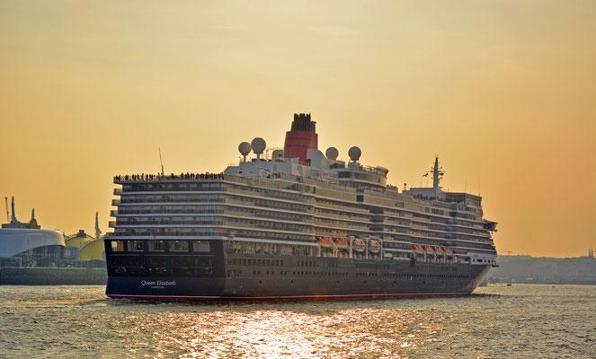 Queen Elizabeth läuft aus der HafenCity aus am 11.08.2015.