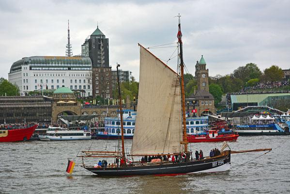 HF 294 zum 828.Hamburger Hafengeburtstag