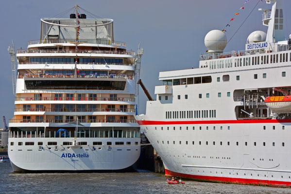 AIDAstella mit MS DEUTSCHLAND zu den Hamburg Cruise Days am HCC HafenCity am 2.8.2014