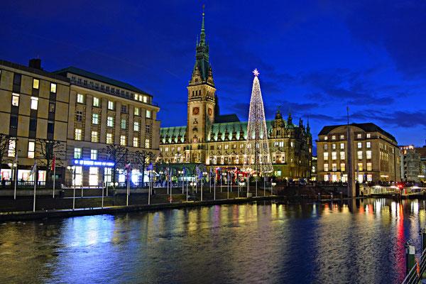 Hamburg in der Weihnachtszeit mit Blick auf das Rathaus