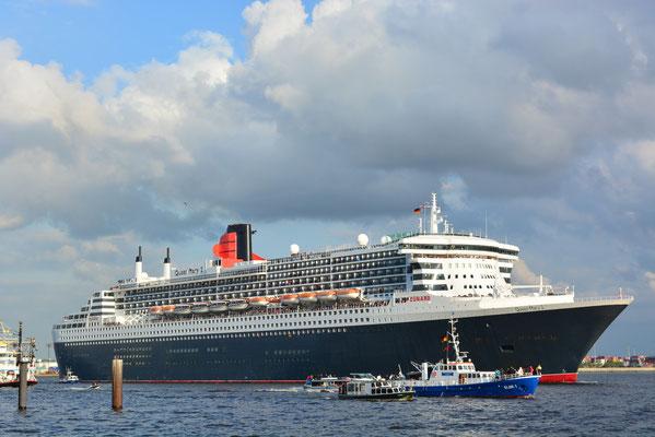 Queen Mary 2 nach der Auslaufparade zum 824.Hamburger Hafengeburtstag am 12.05.2013