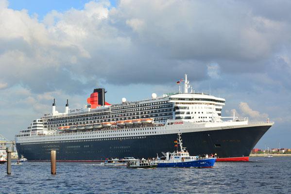 ELBE 1 mit Queen Mary 2  zur Auslaufparade beim 824.Hamburger Hafengeburtstag am 12.05.2013