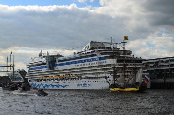 AIDAblu zum 823.Hamburger Hafengeburtstag am 13.05.2012