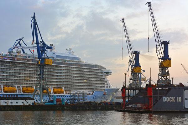 QUANTUM OF THE SEAS beim Ausdocken aus Dock ELBE 17 am 25.10.2014
