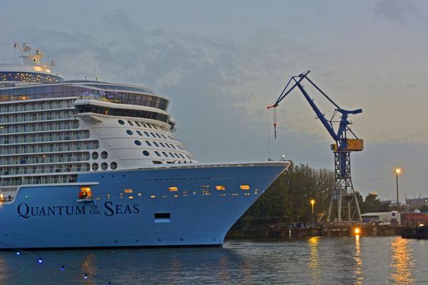 QUANTUM OF THE SEAS nach dem Ausdocken aus Dock ELBE 17 am 25.10.2014