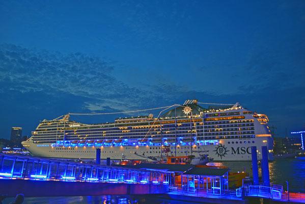 MSC MAGNIFICA zur Auslaufparade bei den Hamburg Cruise Days am 02.08.2014