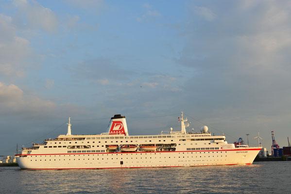 MS DEUTSCHLAND beim Auslaufen aus dem Hamburger Hafen am 31.05.2013