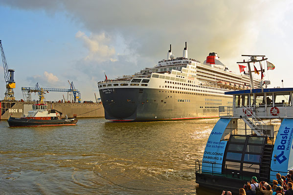 Queen Mary 2 beim Eindocken in DOCK ELBE 17 am 27.05.2016