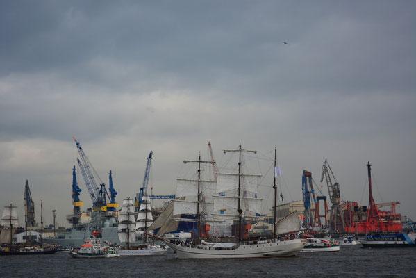 ARTEMIS zur Einlaufparade beim 824.Hamburger Hafengeburtstag am 09.05.2013