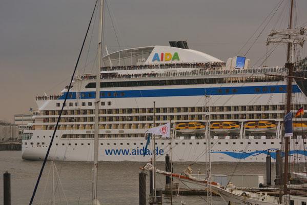 AIDAstella bei der Hafenausfahrt in Höhe St. Pauli Landungsbrücken am 13.04.2013