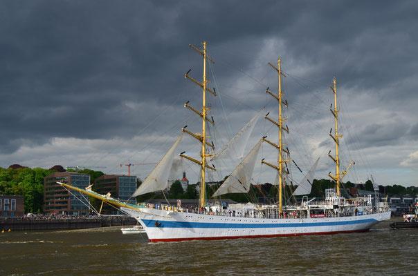 MIR zur Auslaufparade beim 823.Hamburger Hafengeburtstag am 13.05.2012