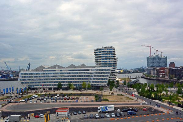Blick vom 60 m-Steiger-Riesenrad auf den Marco Polo Tower und unilever