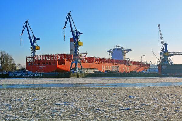 Winter im Hamburger Hafen mit der CAP SAN NICOLAS im DOCK ELBE 17