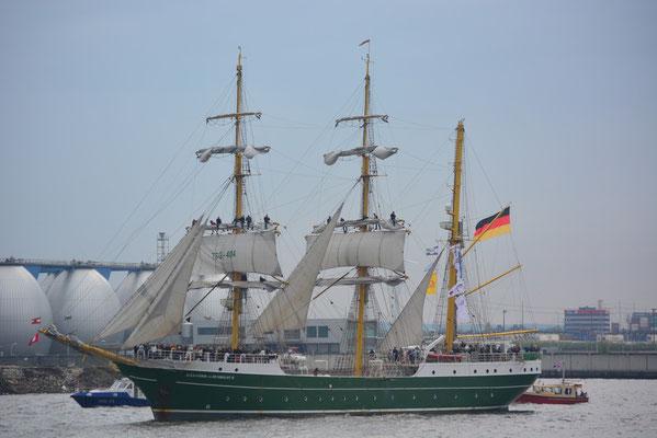 ALEXANDER VON HUMBOLDT II zur Einlaufparade beim 824.Hamburger Hafengeburtstag am 09.05.2013