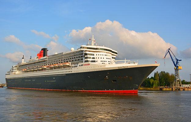 Queen Mary 2 zum Eindocken in DOCK ELBE 17 am 27.05.2016