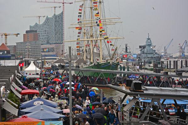 Besucherandrang an den Landungsbrücken. Der 825.Hamburger Hafengeburtstag wurde von Starkregen,Regen,Gewitter und einer teilweisen steifen Brise begleitet.