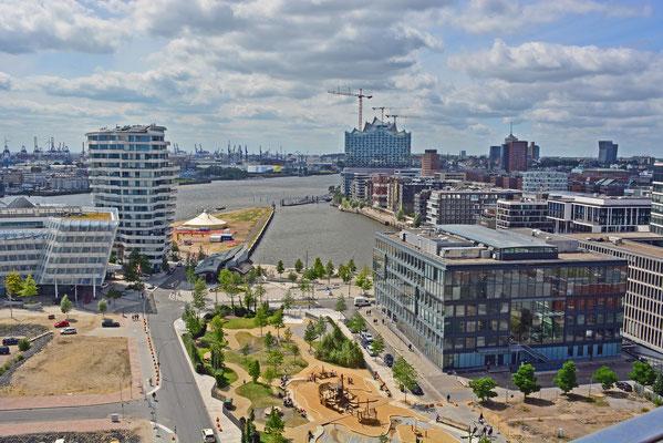 Blick vom 60 m hohen Steiger-Riesenrad auf die westliche Hafencity am 23.06.2014