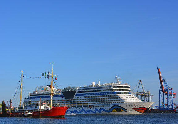 AIDAluna auslaufend am Museumshafen Övelgönne 24.08.2014