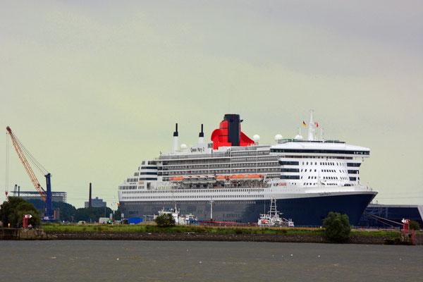 Queen Mary 2 am HCC Steinwerder (Kronprinzkai) am 13.09.2015