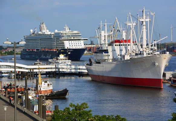 Mein Schiff 3 nach dem Erstanlauf in Hamburg passiert die Überseebrücke am 02.06.2014