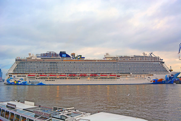 NORWEGIAN ESCAPE beim Eindocken in DOCK ELBE 17 am 13.10.2015