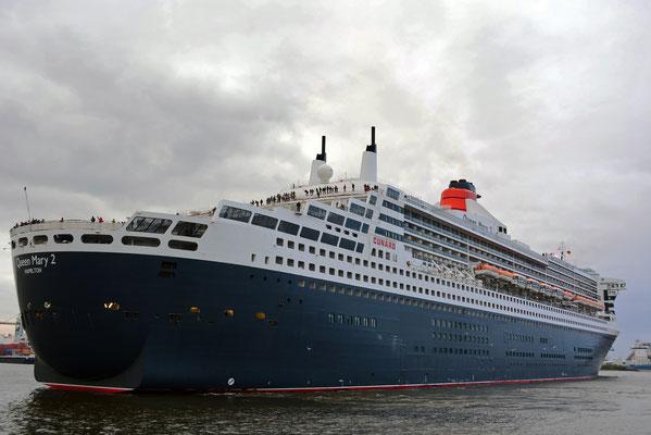 Queen Mary 2 am HCC Hafencity beim 824.Hamburger Hafengeburtstag 2013