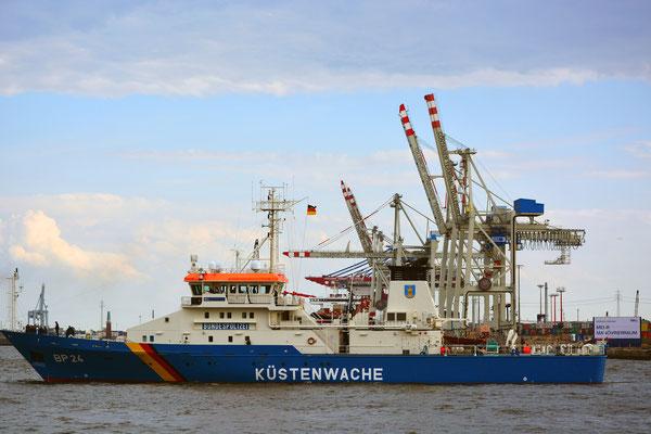 KÜSTENWACHE BP 24 zur Einlaufparade beim 826.Hamburger Hafengeburtstag am 08.05.2015