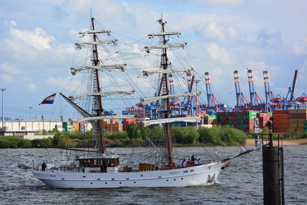 APHRODITE zur Auslaufparade beim 824.Hamburger Hafengeburtstag am 12.05.2013