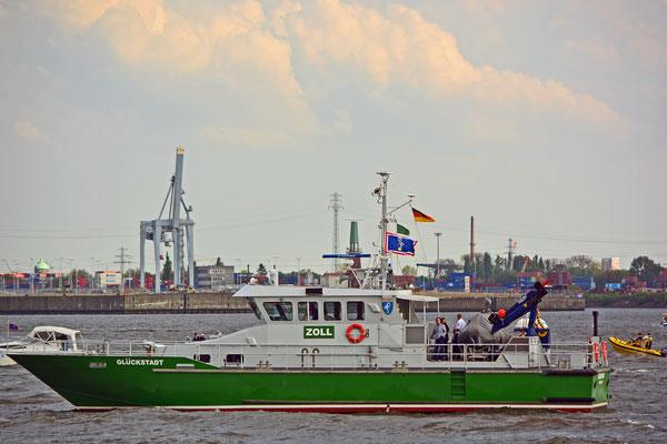 Zollschiff GLÜCKSTADT zur Einlaufparade beim 826.Hamburger Hafengeburtstag am 08.05.2015
