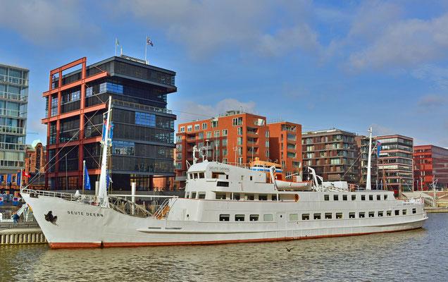 Am Traditionsschiffhafen mut der SEUTE DEERN