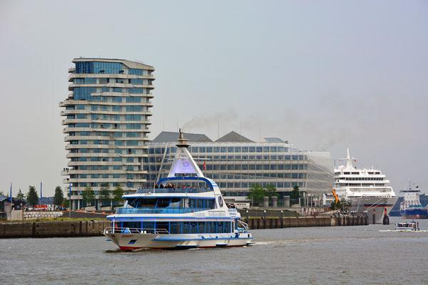 Unilever und Marco Polo Tower mit der MS EUROPA am HCC HafenCity