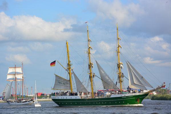 ALEXANDER VON HUMBOLDT II zur Auslaufparade beim 824.Hamburger Hafengeburtstag am 12.05.2013