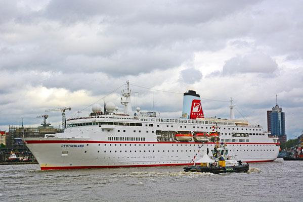 MS DEUTSCHLAND zur Auslaufparade beim 825.Hamburger Hafengeburtstag am 11.05.2014