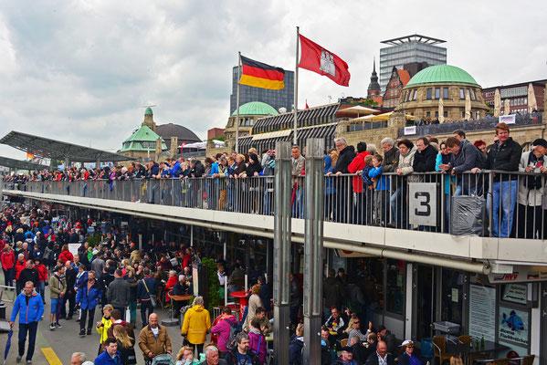 Besucherandrang an  den St. Pauli Landungsbrücken
