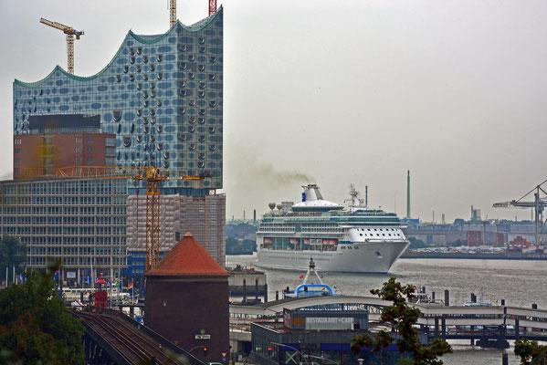 LEGEND OF THE SEAS läuft am 07.09.2014 aus dem Hamburger Hafen aus