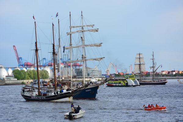 UNDINE zur Auslaufparade beim 824.Hamburger Hafengeburtstag am 12.05.2013