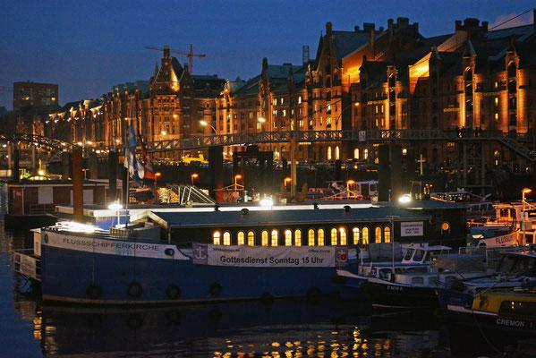 Nächtlicher Binnenschiffhafen