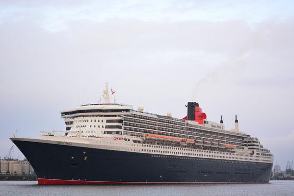 Queen Mary 2 beim Einlaufen und Festmachen am HCC HafenCity am 12.05.2013