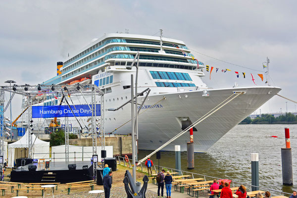 COSTA neoROMANTICA am HCC HafenCity zu den Hamburg Cruise Days 2015 am 11.09.2015