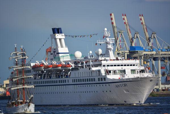 MS ASTOR nach der Auslaufparade zum 824.Hamburger Hafengeburtstag am 12.05.2013
