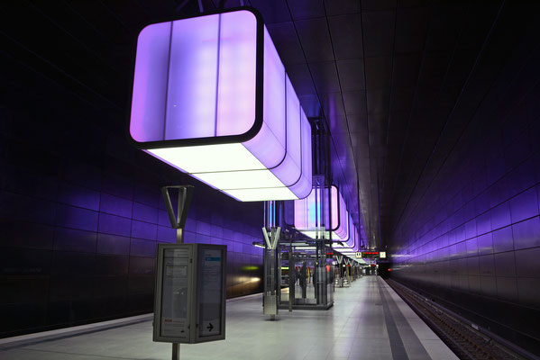 U4-Haltestelle Hafencity Universität mit 12 Lichtwürfel je 280 LEDs in ständig wechselnden Farben